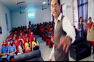 Rajeev Anand the Motivational Speaker Interacting with students while conducting seminar on Youtube Channel promotions Services