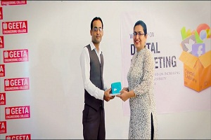 Rajeev Anand the Motivational Speaker receving momento from geeta Group While conducting seminar on Link Building Services